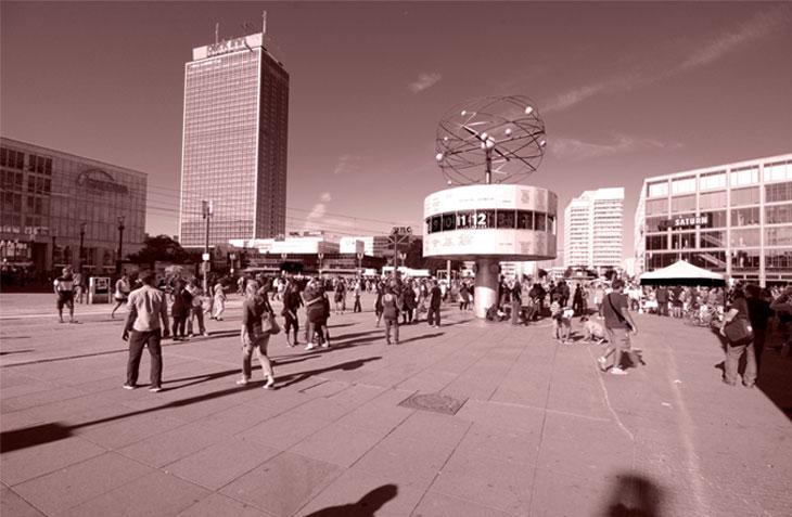 Der Alexanderplatz mit der Zeitschaltuhr und dem Park Inn Hotel